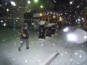 寒行 雪の中歩いている