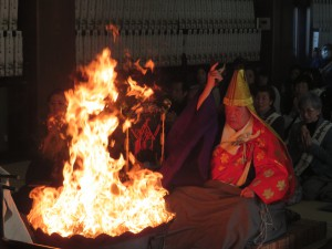 御火焚祭で護摩を焚き上げてる様子